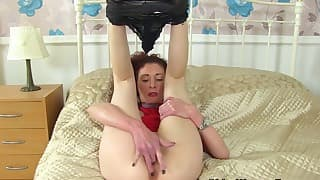 An excellent kinky mom plays with her crack